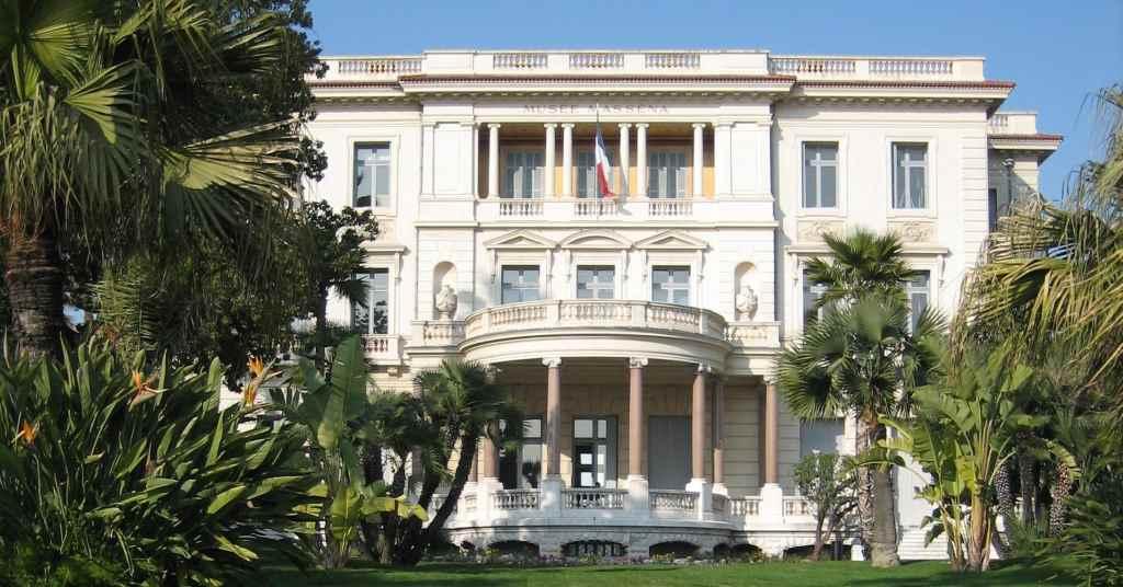 Blick bei Sonnenschein auf die Fassade des Musée Masséna in Nizza.