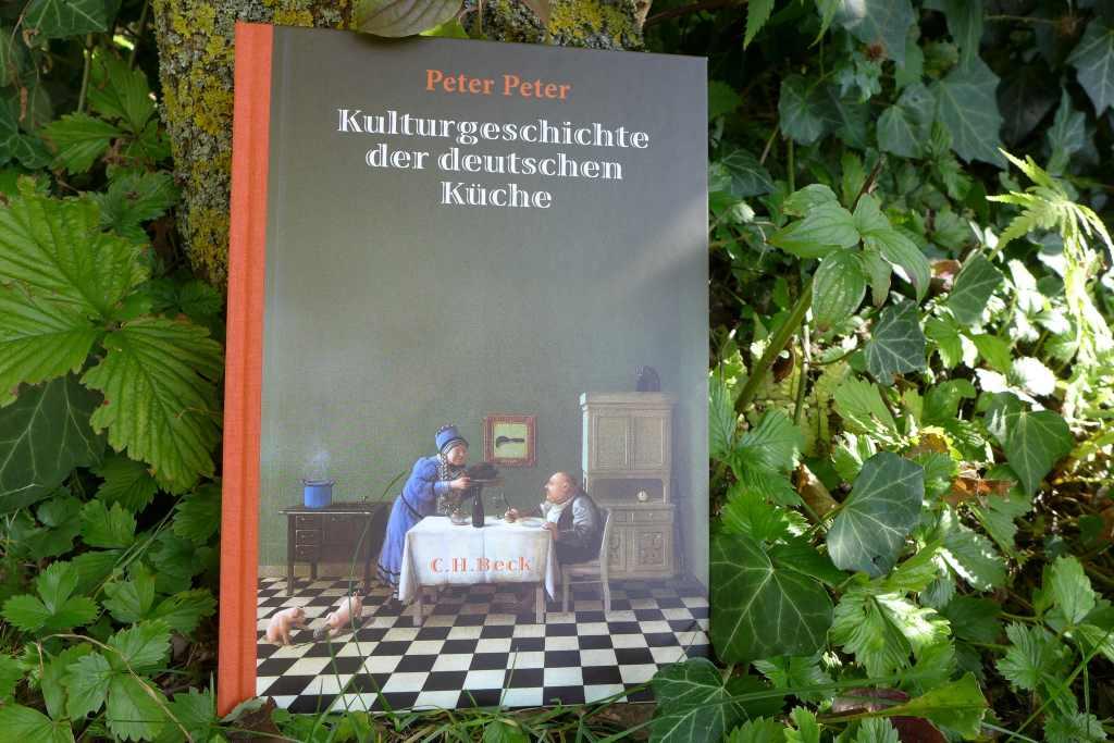 """Buch von Peter Peter """"Kulturgeschichte der deutschen Küche fotografiert im Garten bei Sonnenschein, passend zum Lustwandeln in schleißheim. Die Foodblogger wird's freuen."""
