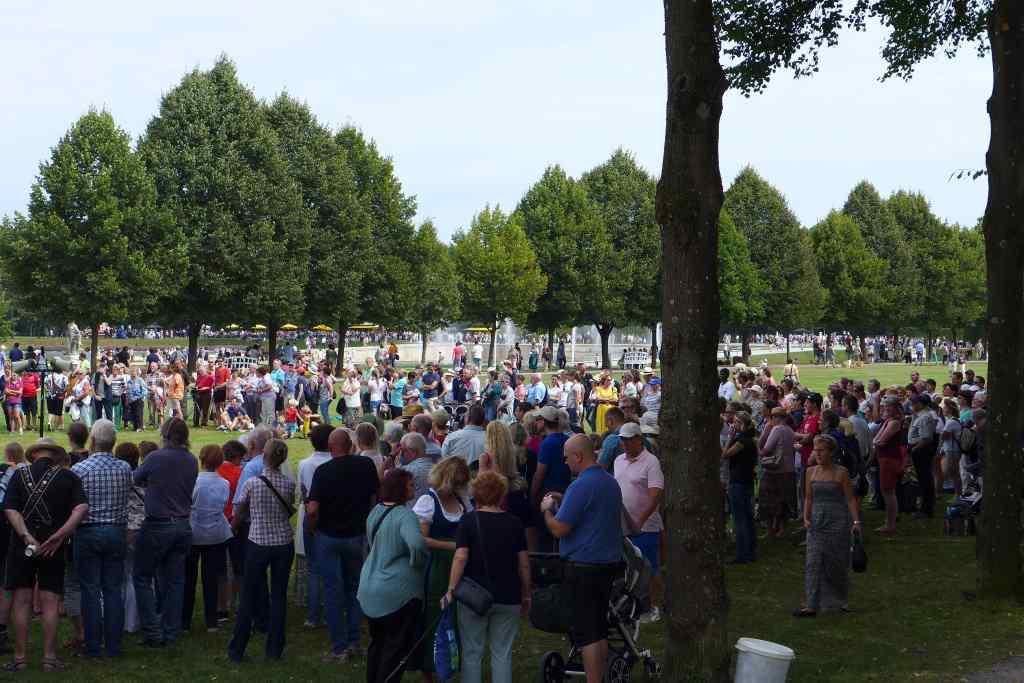 Großer Menschenauflauf zur Falkenschau im Schlosspark Schleißheim.