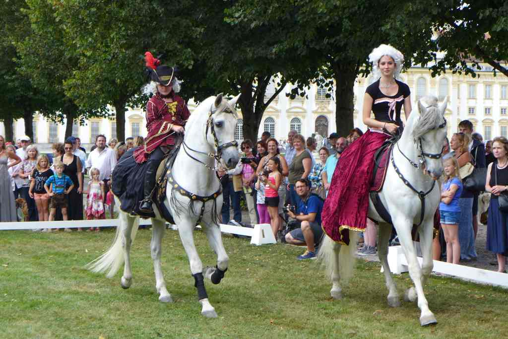 Zweit kostümierte Reiter zeigen ihre Reitkünste im Schlosspark Schleißheim.