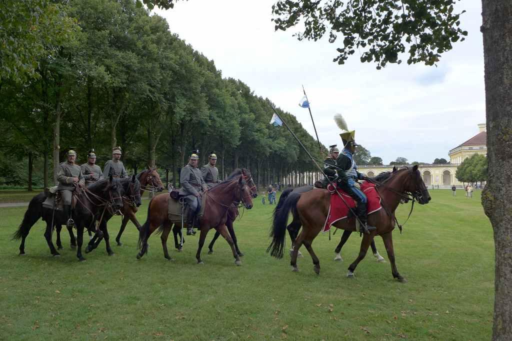 Berittene Soldaten in 19. Jahrhundert ritten im Schlosspark zum Rapport.
