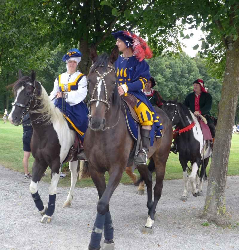 Kostümierte Reiter kommen uns entgegen.