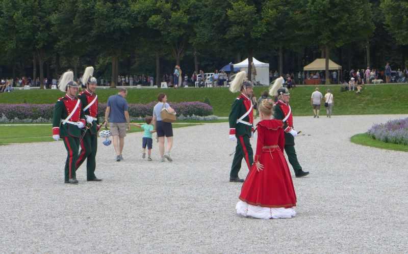 Gendarmeristen zu Fuß im Schlosspark Schleißheim, Jagd- und Kutschengala.