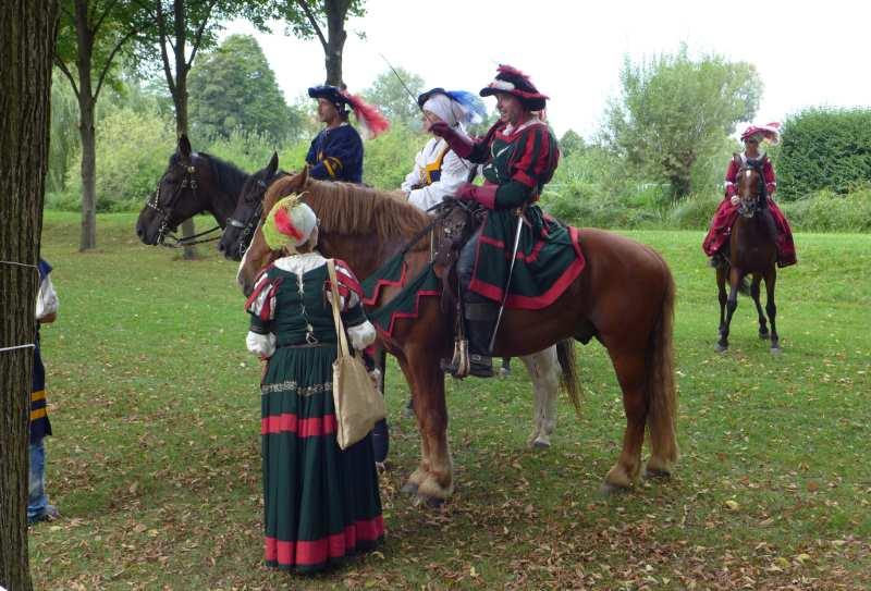 vier kostümierte Reiter und eine Bürgerliche im Schlosspark Schleißheim bei der Jagd- und Kutschengala