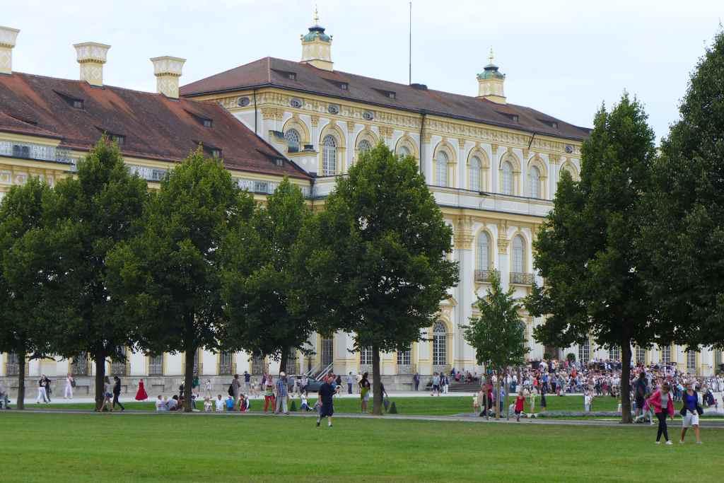 Blick durch die Bäume auf das Neue Schloss Schleißheim.