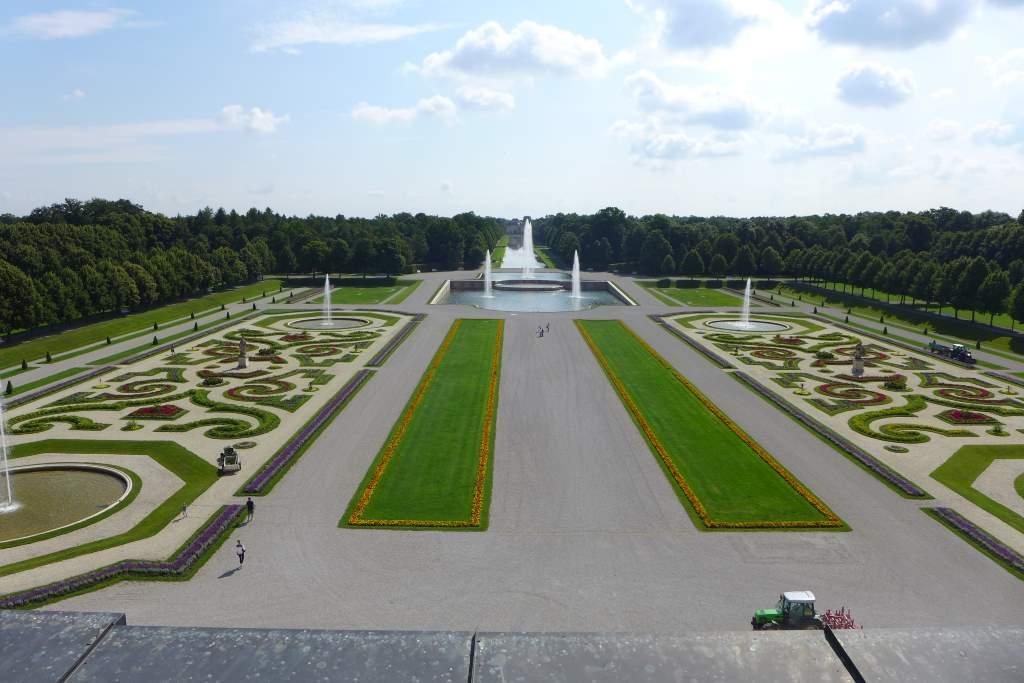 Blick auf das Barockparterre vom Dach des Neuen Schlosses in Schleißheim. Blumenpracht mt mehreren Fontänen und der Kaskade mit Blick auf Schloss Lustheim. Tweetwalk #Lustwandeln