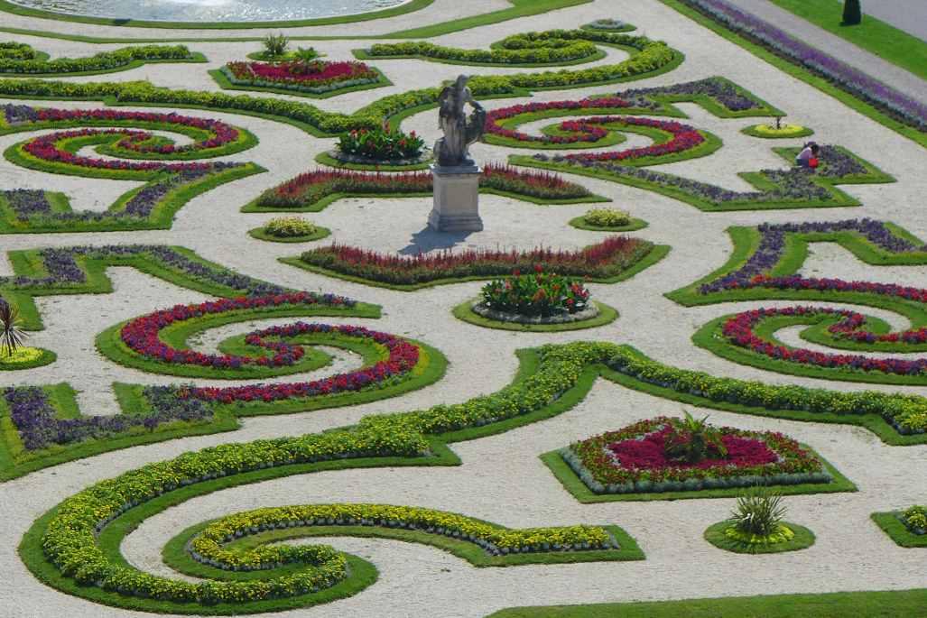 Blick von oben auf die Ornamete des Barockparterres. Ein Blumenmehr im Juli. Schloss Schleissheim. Tweetwalk #Lustwandeln