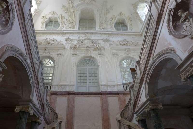Treppenaufgang vom Neuen Schloss Schleissheim mit Stuckaturen in Kriegsemblematik. Tweetwalk #Lustwandeln
