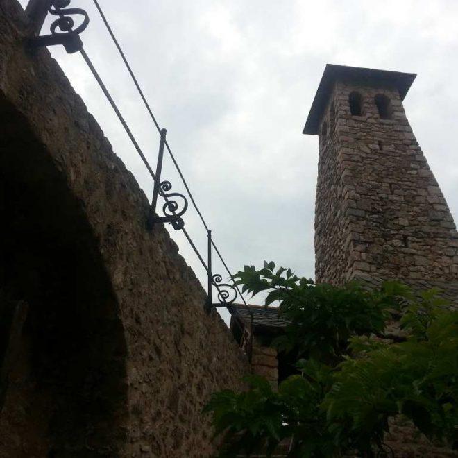 Mittelalterlicher Steinturm mit Brücke. Festung auf unserem Kulturtrip durch Südfrankreich. Kulturerlebnis hoch zehn.