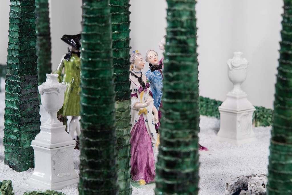 Blick durch die Zypressen des Lustgartens aus Nymphenburger Porzellan. Paarweise sind die höfischen Herren und Damen einander zugeordnet. Liebeleien inklusive. Die elegantesten Porzellanfiguren des Tafelaufsatzen stammen von Franz Anton Bustelli. Bayerisches Nationalmuseum München.