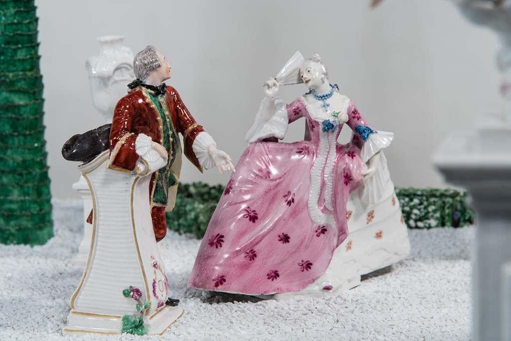 Das höfische Pärchen ist ganz vertieft in ihrer intimen Zwiesprache - Anmut und Eleganz kennzeichnen die Porzellanfiguren von Franz Anton Bustelli. Foto: Bayerisches Nationalmuseum München.