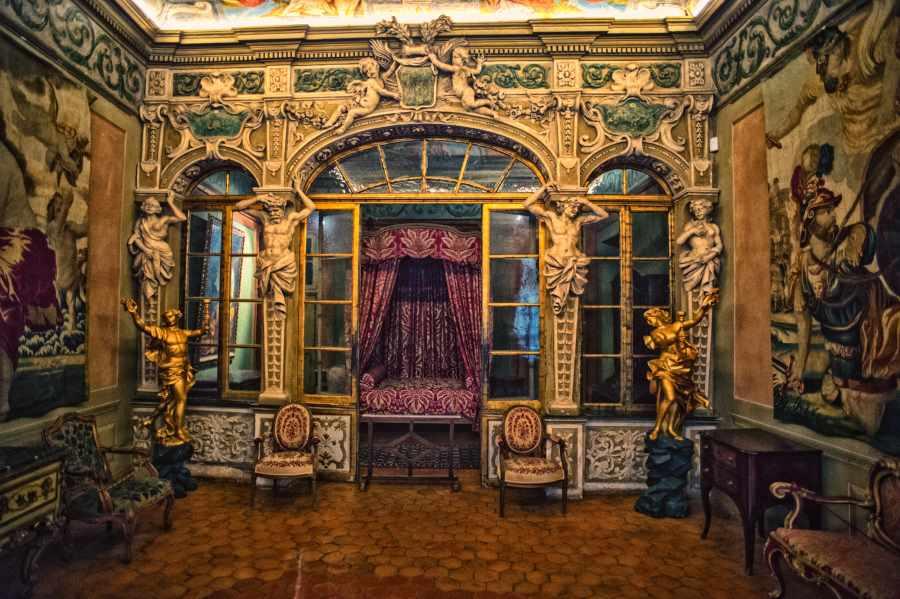 Zimmmeransicht mit barocker Innenausstattung vom Palais Lascaris in Nizza. Lustwandeln im Barock
