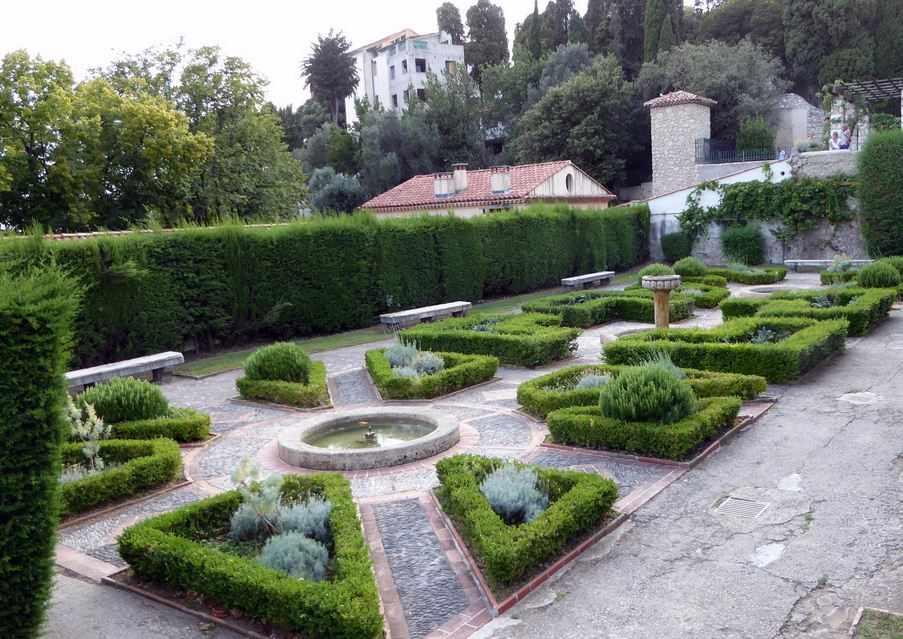 Blick in den Barockgarten der Klosteranlage von Cimiez mit den Einfassungen. Lustwandeln bei Nizza.