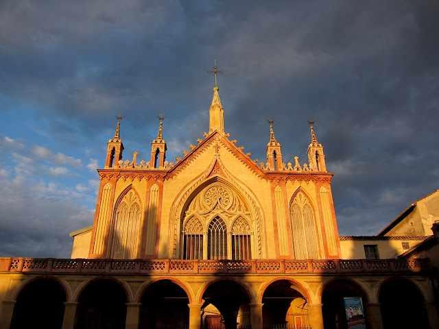 Von Sonne erleuchtete Fassade des Klosters von Cimiez bei Nizza