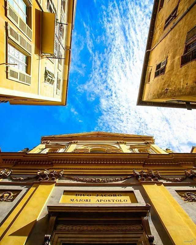 Sicht hoch in den Himmel Nizzas. Barocke und Mittelalterliche Fassaden. Nizzas Sehenswuerdigkeiten