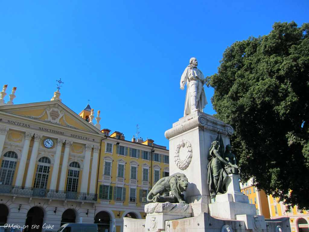 Ansicht mit Häusern und Monument vom Platz Garibaldi mit St. Sepulcre in Nizza. Barockes Lustwandeln