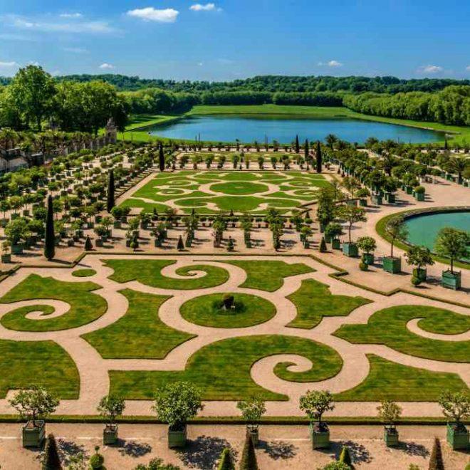 Aufsicht auf den Schlossgarten von Versailles mit Boskettgarten, Fontänen.