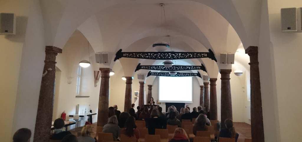 Gewölbesaal im Alten Hof mit Sitzreihen und Sprecherin Dr. Karoline Döring, die das Wissenschaftsbloggen vorstellt. #Anker16 - Contentstrategien fürs Bloggen.