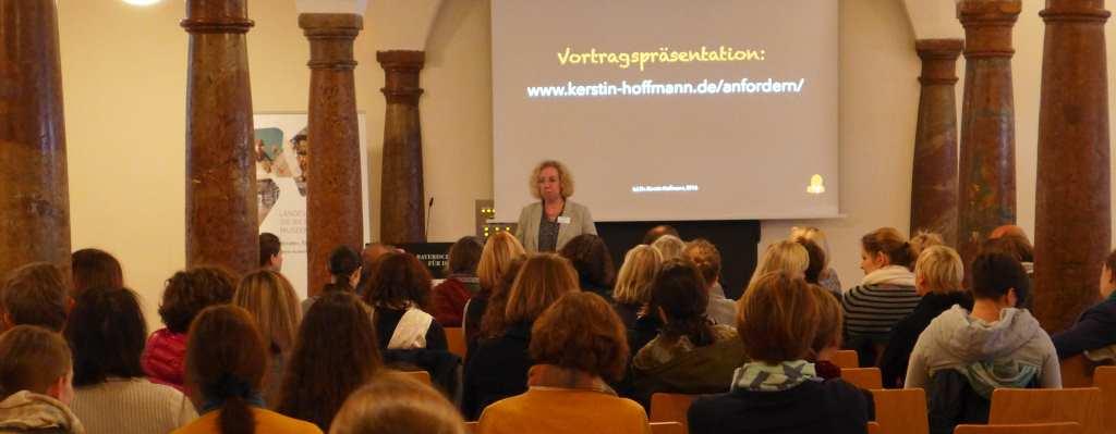 Dr. Kerstin Hoffmann referiert über Contentstrategie und Storytelling im Web und in Blogs. #Anker16