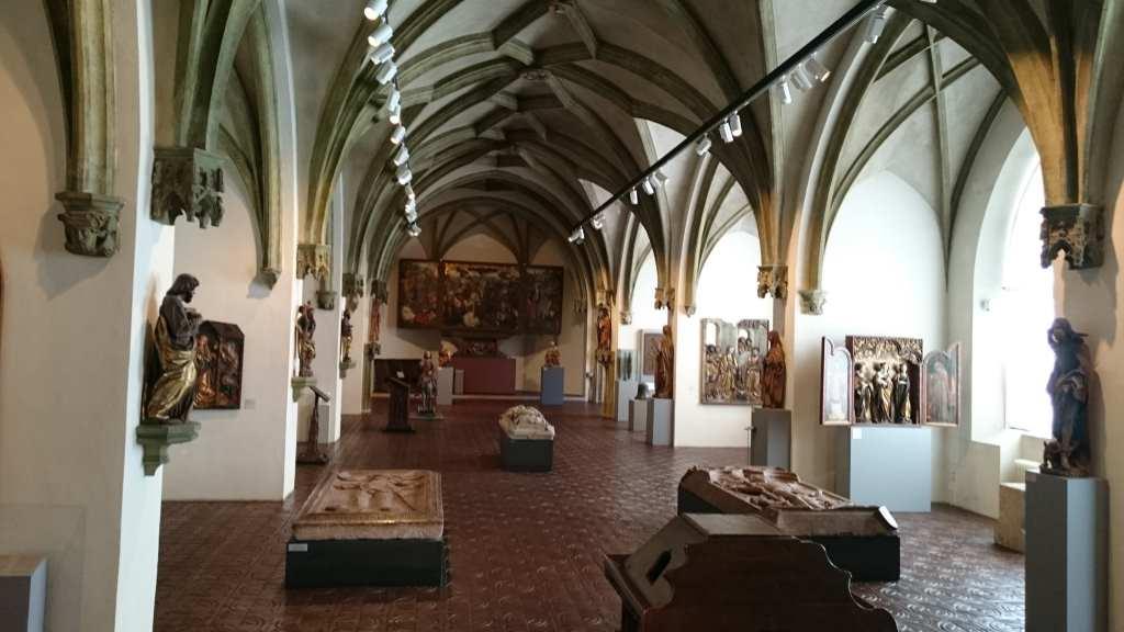 Blick in den Kreuzgang des Bayerischen Nationalmuseum in München mit mittelalterlicher Kunst, wie Sarkophage, Skulpturen, Gemälde. #MusTipp