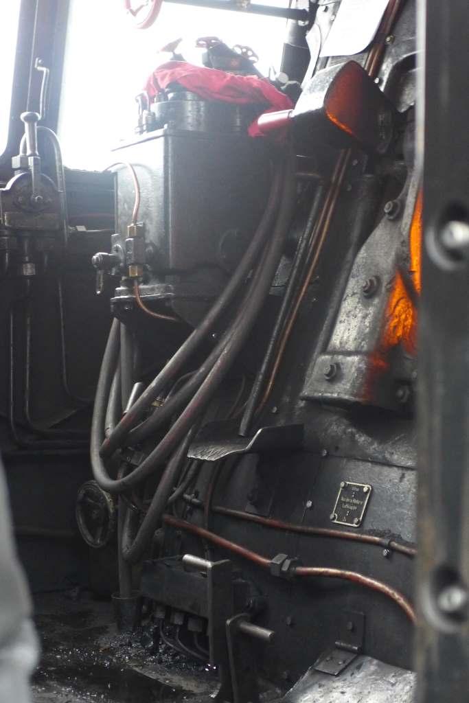 Blick auf Instrumente im Lokführerstand der Dampflok 01 2066-7. Historische Dampfzugfahrten.