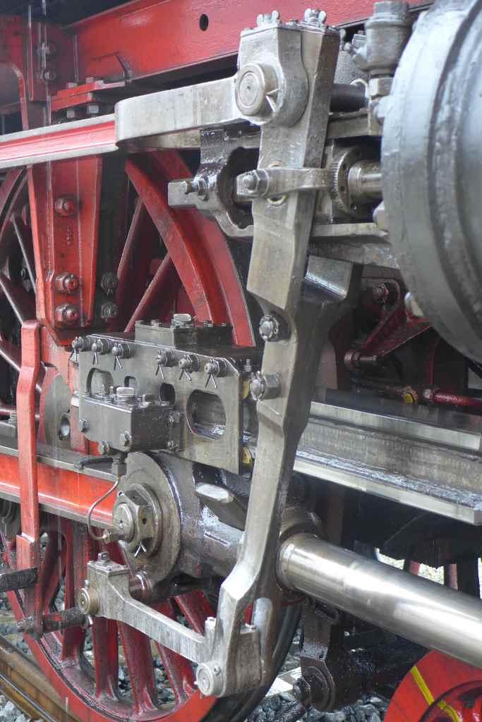 Detailaufnahme von Rad und Zylinder der Dampflok 01 2066-7. Historische Dampfzugfahrten München