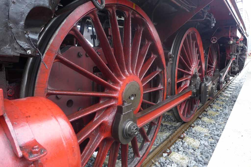 Blick auf die roten Räder der Dampflok 01 2066-7. Historische Dampfzugfahrten München.