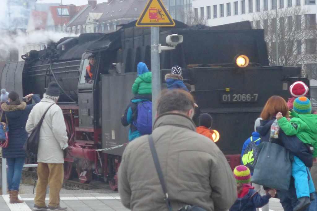 Von Menschen umlagerte Dampflok 01 2066-7 zur Nikolausfahrt um München. Historische Dampflokfahrten.