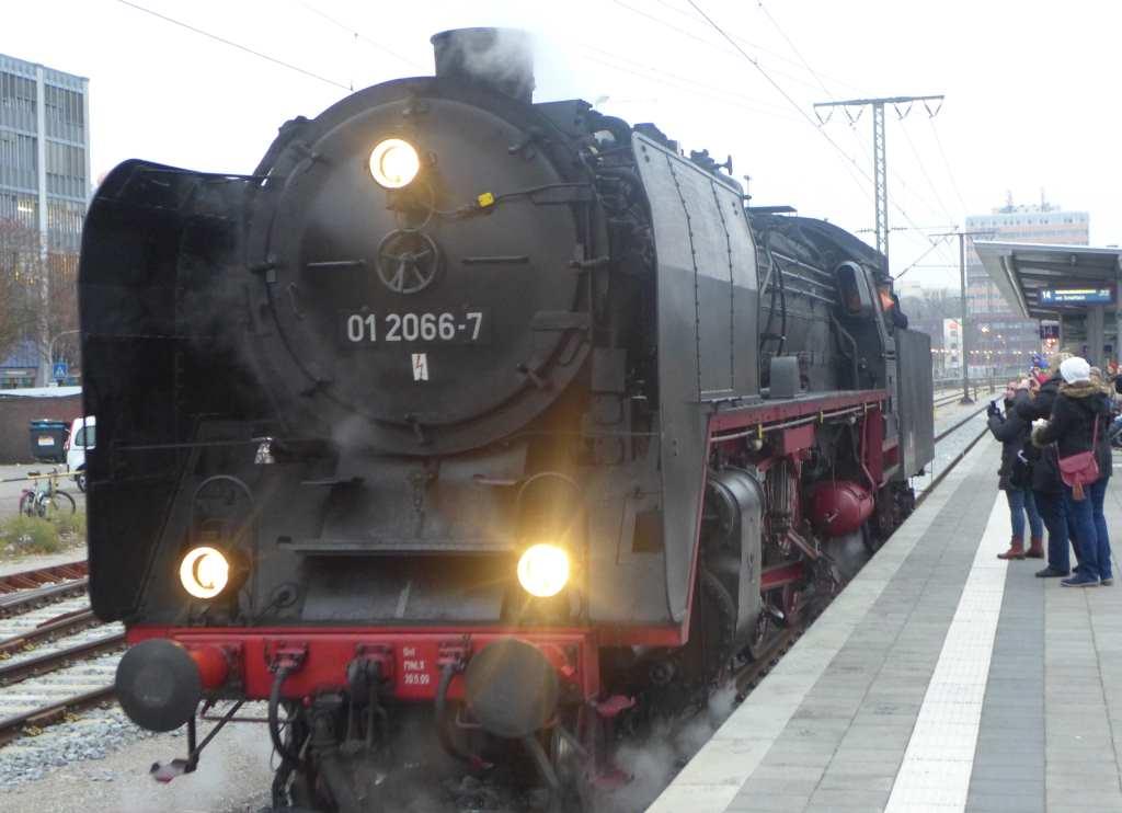 Blick auf die Schnellzugdampflok 91 2066-7 am Gleis 13 im Ostbahnhof München.