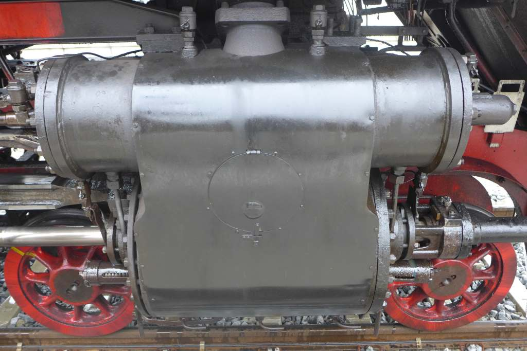 Detailaufnahme von der Schnellzugdampflok 01 2066-7: zwei Zylindertriebwerke. Historische Dampflokfahrten