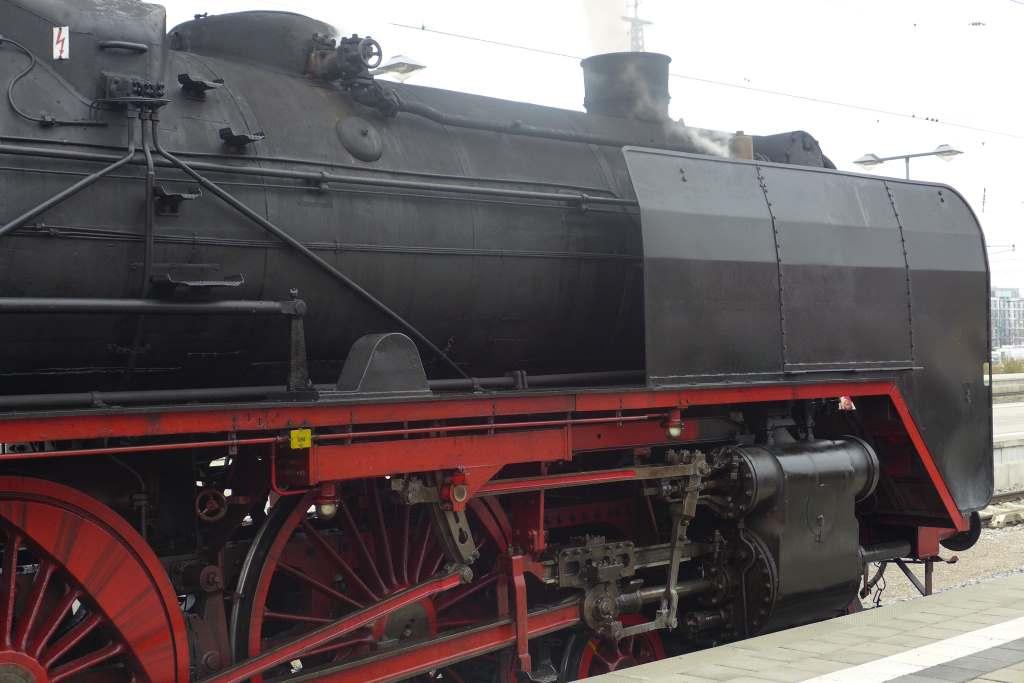 Blick auf die Dampflokomotive 01 2066-7 mit den originalen Windleitblechen. Historische Dampflokfahrten Bayern.