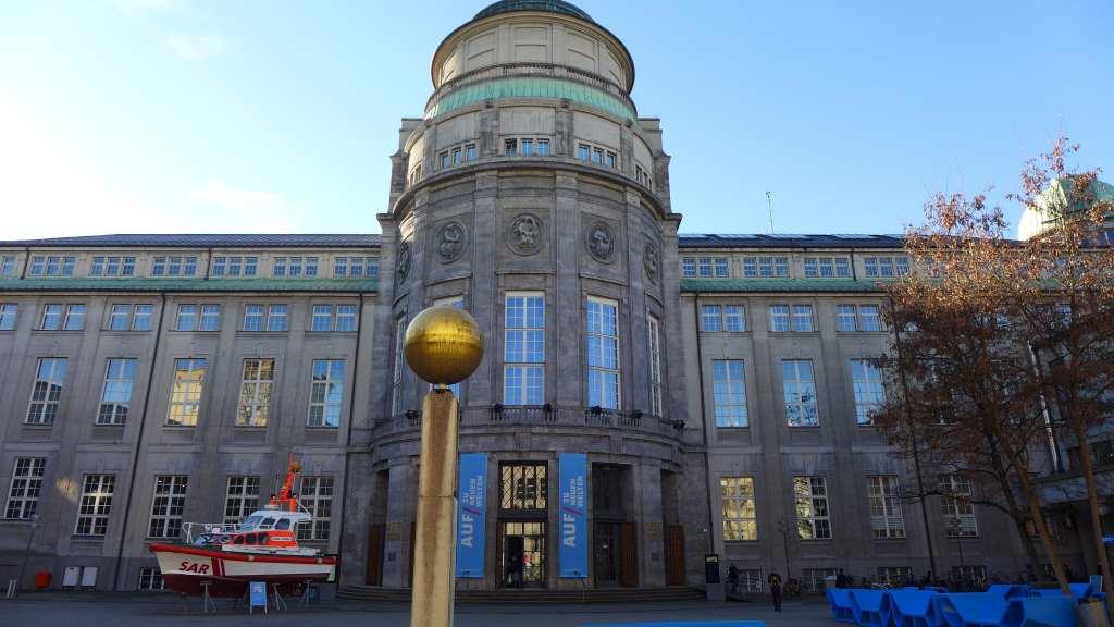 Blick auf die Facade des Deutschen Museums bei Wintersonne. #MusTipp