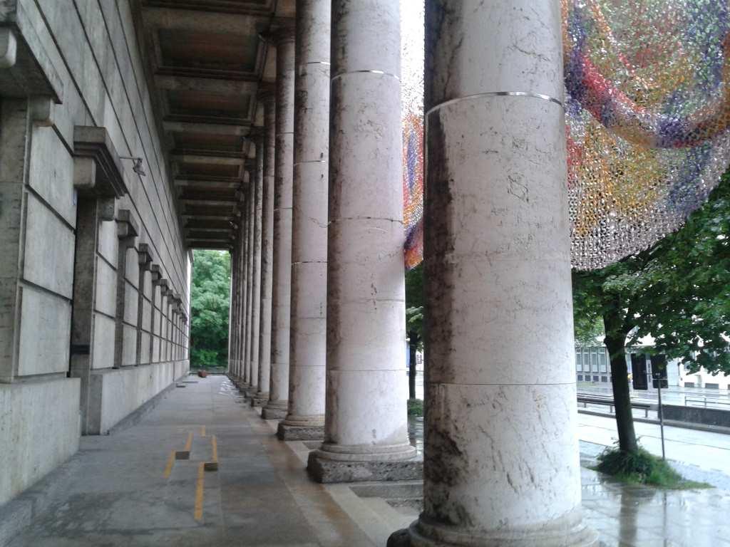 Außenansicht des Eingangsbereichs vom Haus der Kunst. Dient zur Illustration meiner Blogserie: Museen fuer Kinder in München #MusTipp