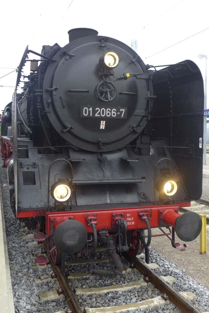 Frontalansicht der Dampflok 01 2066-7 im Ostbahnhof von München just bevor es zur Nikolaus-Stadtrundfahrt losgeht. Historische Dampfzugfahrten München.
