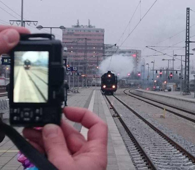Dampflok 01 2066-7 fährt in den Ostbahnhof München ein. Im Vordergrund Fotoaparat. Historische Dampfzugfahrten - Nikolausfahrt rund um München.