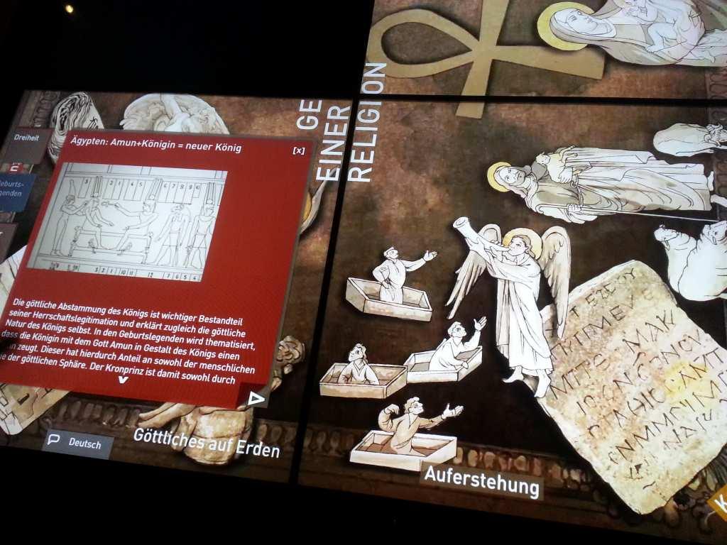 Aufsicht auf interaktiven Multi-Media-Tisch im Archäologischen Museum. Via Touch lassen sich die Inhalte zum Thema Religion im alten Ägypten ändern. Der Tisch steht im Archäologischen Museum in München. #MusTipp - Blog-Serie: Museen für Kinder in München.