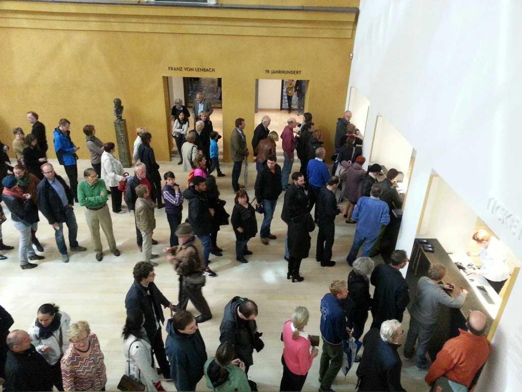 Gern gesehener Blick für Museen: Menschenschlangen vor den Schaltern des Ticketverkaufs im Lenbachhaus. #MusTipp