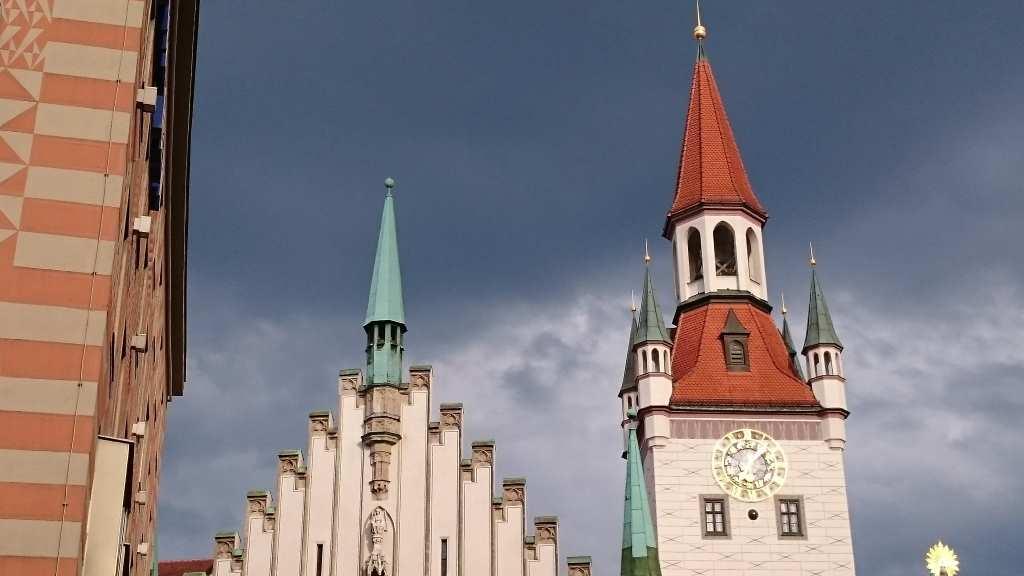 Ansciht des alten Rathausturms von München. Hier befindet sich das Spielzeugmuseum. Museen fuer Kinder in München #MusTipp