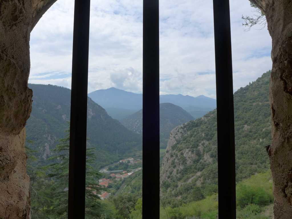 Blick aus einer vergitterten Fensteröffnung aufs Tal. Die Festung (Forte) Libéria bietet überraschende Ausblicke. Dient zur Visualierung der Kulturreisen der Blogparade #KultTrip. Südfrankreich