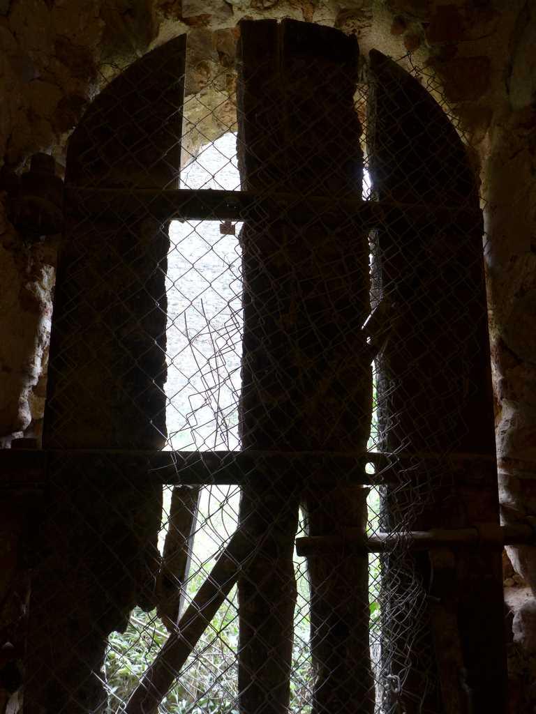 Mit Brettern vernagelte Fensteröffnung in der Festung Forte Libéria et Cité de Villefranche in Südfrankreich. Kulturreisen.