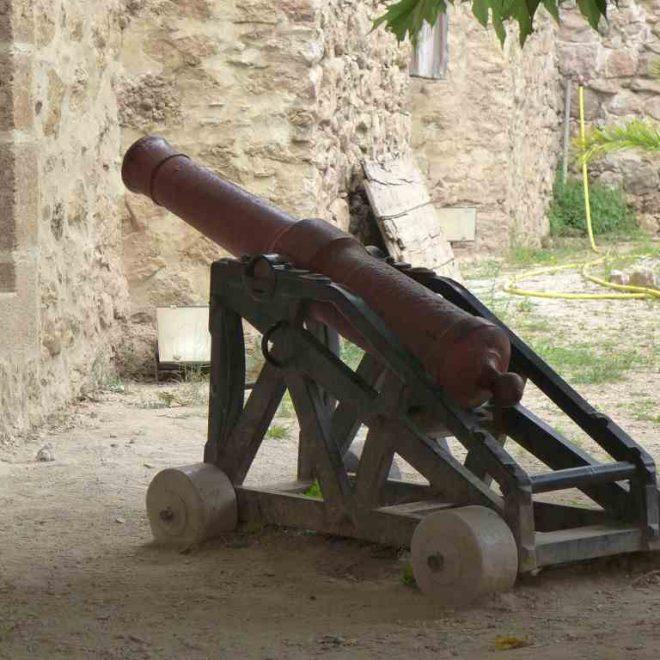 Nahansicht einer Kanone in einer Festung in einem Hof. Das Bild visualisiert die Vorschläge zur Planung deines Urlaub, ob Städte- oder Kulturreise.