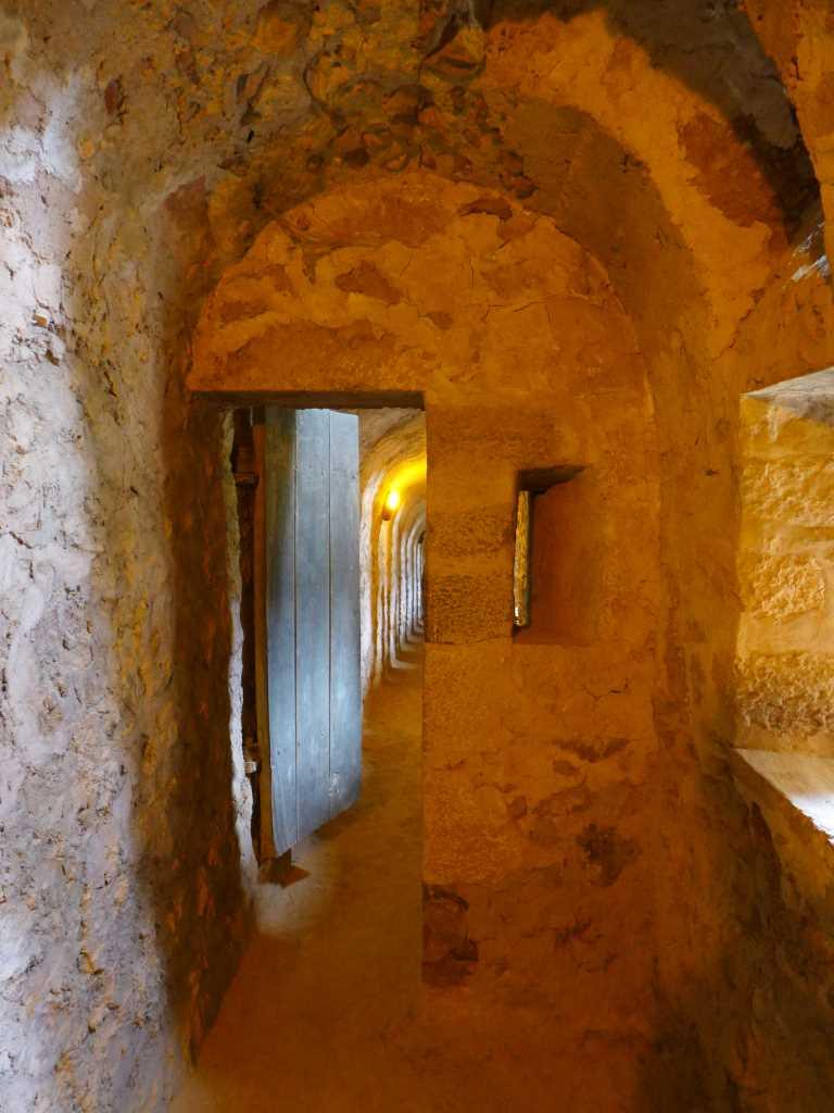 Blick in den Gang einer Festung. Illustriert die Kulturreisen von #Kulttrip und dient zur Planung des Urlaubs.