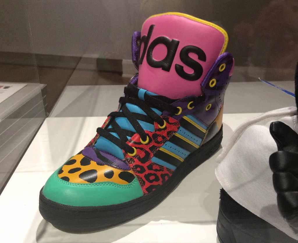 """Grell bunter Adidas Sneaker in der Ausstellung """"Sneaker. Design für schnelle Füße"""" im Hamburger Museum für Kunst und Gewerbe. Reisen mit Kindern."""