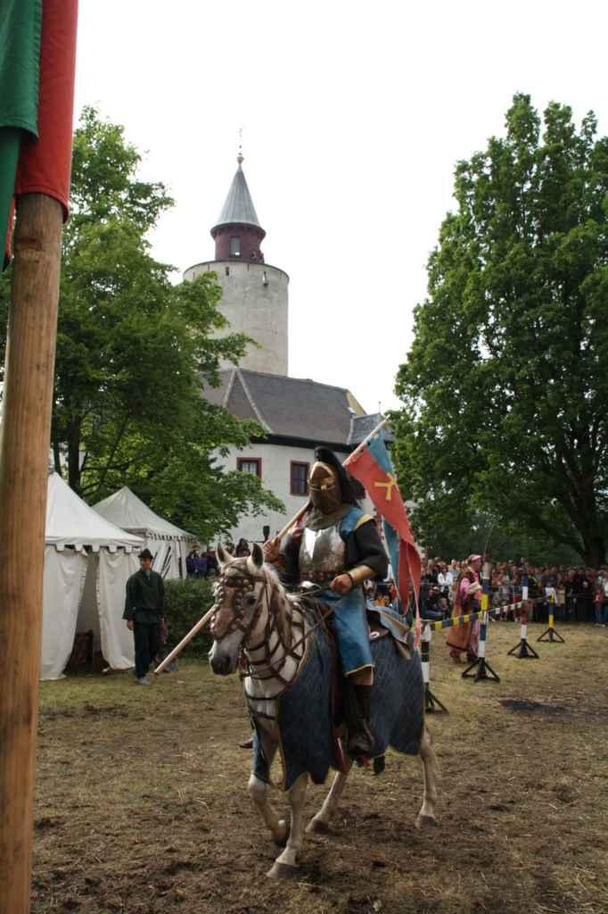 Ritter auf Pferd beim Mittelalterspektakel zu Pfingsten auf Burg Posterstein.