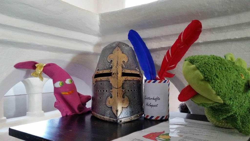 Helme der Burggeister Posti und Stein können von den Kindern erworben werden plus sämtliches Ritterzubehör. Montagsinterview mit Marlene Hofmann auf Kultur-Museum-Talk.