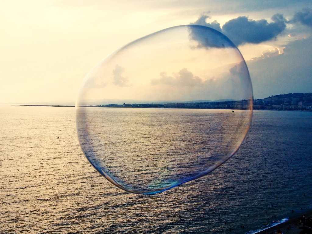 Bild einer Seifenblase vor einem Meereshintergrund von Khaled Youssef