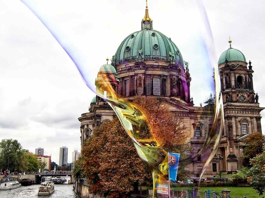 Seifenblase von Khaled Youssef vor dem Bodemuseum in Berlin. Nizzas Solidarität mit den Opfern des Weihnachtsanschlags.