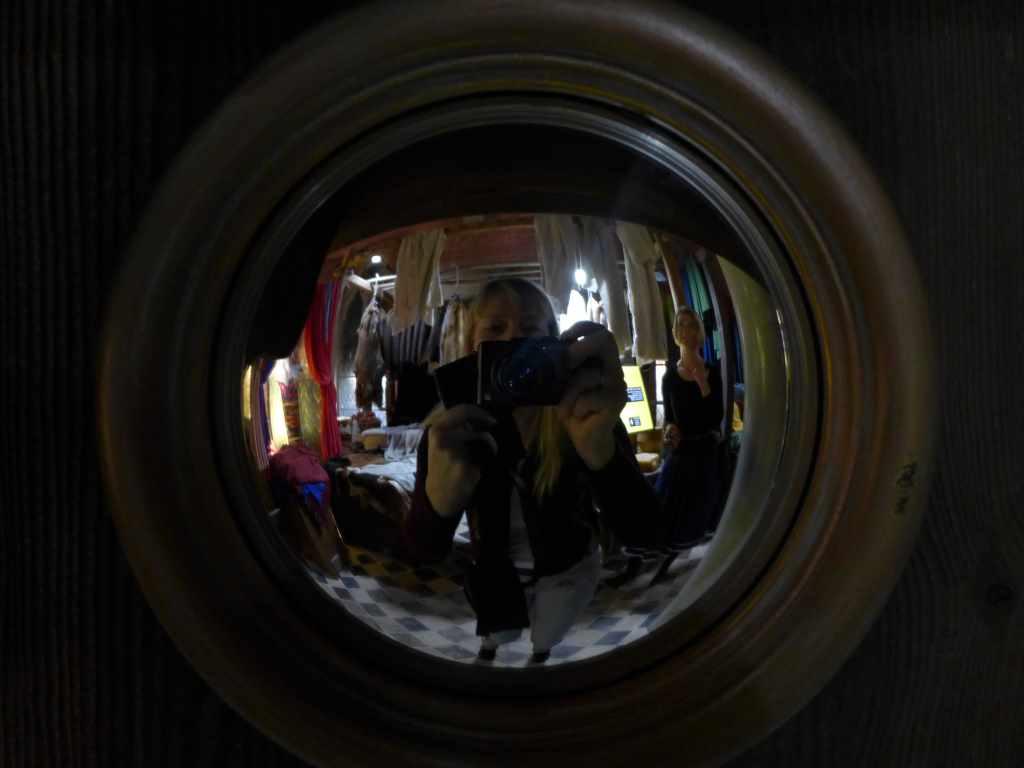 Spiegel, Tanja Praske macht Selfie mit Kamera vor der Nase im Hansemuseum Lübeck. Montagsinterview