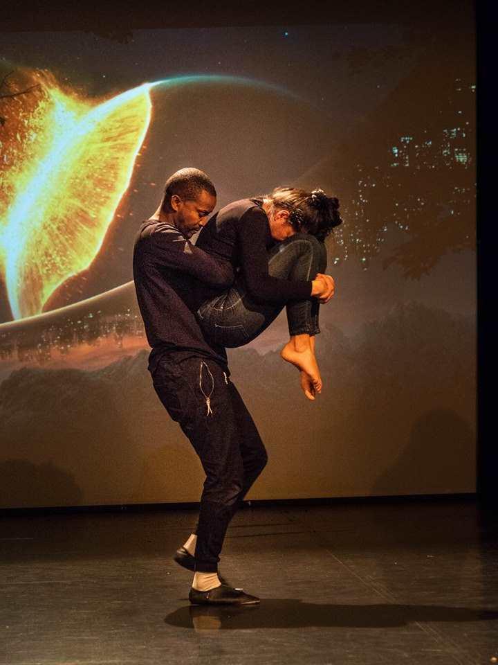 Tanzperformanz von Mélissa Calatayud und Cyrille de Gonzalgue. Sie erzählen die Geschichte von Shéhérazade.