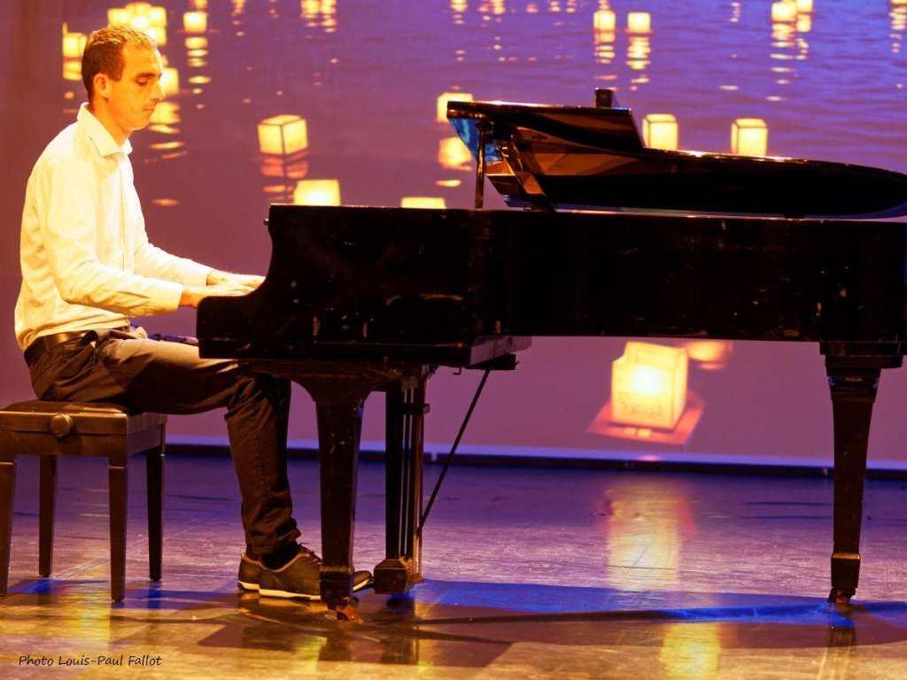 Pianist, Steve Villa-Massone, am Piano. Er spielt Eigenkompositionen vor. Solidarität für die Berliner Opfer des Anschlags